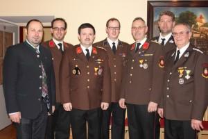 HBI Waldherr mit den Kommandomitgliedern seiner Amtszeit und Bgm. Josef Schrammel