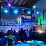 Bar, darüber die DJ-Bühne
