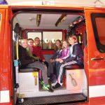 Kinder der dritten und vierten Klasse Volksschule sitzen im KLF