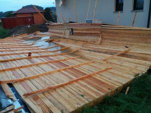 Gewittersturm - Dach liegt im Garten des Nachbarhauses