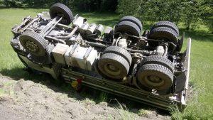 LKW-Bergung: LKW über Böschung gestürzt